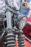 Zakończenie na chromów reflektorach luksusowy motocykl Chromowany headlamp motocykl, elegancki klasyczny chrom matrycował motocyk obrazy royalty free
