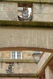 Zakończenie na dwa archways z dwa małymi statuami lokalizować nad Thevenard ulica wśrodku izolującego miasta obraz stock