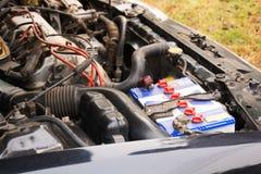 Zakończenie na nowego małego eco samochodowej baterii instalującej w przedziale pokazuje dobrego przygotowania i bezpieczeństwo,  Zdjęcia Stock