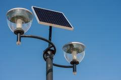 Zakończenie na słoneczne zasilane latarnie uliczne Obrazy Royalty Free