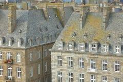 Zakończenie na tradycyjnych domowych fasadach z kominami i dachami, lokalizować inside izolujący miasto święty Malo obrazy stock