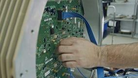 Zakończenie na w górę pracownik ręki łączy druty wielka obwód deska zbiory