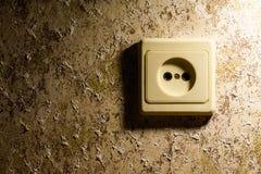 Zakończenie nasadka, elektryczny ujście, ścienna nasadka lub ujście talerz na ścianie z tapetą, Fotografia Royalty Free