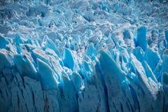 Zakończenie nierówna powierzchnia błękitny lodowiec Shevelev zdjęcie stock