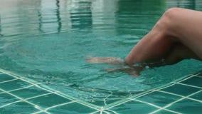 Zakończenie nogi relaksuje w hotelowym basenie młoda kobieta zbiory