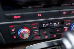 Zakończenie nowożytny luksusowy samochodowy klimatu pulpit operatora zdjęcia royalty free