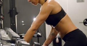 Zakończenie oddani kobieta udźwigu i szkolenia ciężary w sprawności fizycznej gym zdjęcie wideo