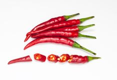 Zakończenie odgórnego widoku czerwieni chili pieprz z pokrojonym na białym tle obrazy stock