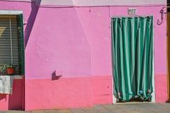 Zakończenie okno na kolorowych ścianach i drzwi z płótnem w Burano Obraz Stock