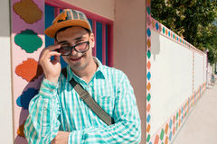Zakończenie ono uśmiecha się atrakcyjny mężczyzna będący ubranym okulary przeciwsłoneczni Zdjęcia Stock