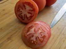 zakończenie opuszcza wodę świeży makro- krótkopęd pokrajać małej struktury pomidorową półprzezroczystą wodę Fotografia Stock