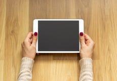 Zakończenie osoby chwyta cyfrowej pastylki pusty ekran zdjęcie royalty free