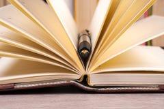 Zakończenie otwarta książka i pióro Zdjęcie Royalty Free