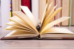 Zakończenie otwarta książka i pióro tylna szkoły Obraz Stock