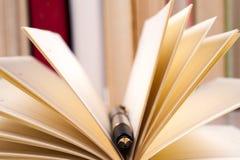 Zakończenie otwarta książka i pióro tylna szkoły Obraz Royalty Free