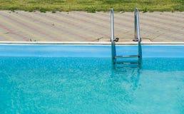 Zakończenie pływacki basen z metali schodkami plenerowymi w intymnym domu Zdjęcia Stock