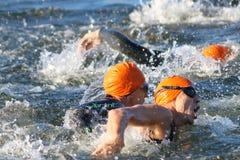 Zakończenie pływacki chaos męskie pływaczki jest ubranym pomarańczowego bathi Fotografia Stock