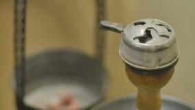 Zakończenie - pail z gorącymi gorącymi węglami i kaloud zdjęcie wideo