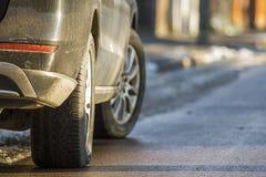 Zakończenie parkujący na stronie ulica brudny samochód obrazy stock