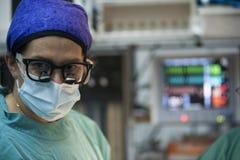 Zakończenie patrzeje kamerę z kolegów wykonywać chirurg kobieta obraz stock