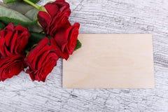 Zakończenie pięć czerwonych róż na szarym tle z kopertą pojęcie wakacje obrazy royalty free