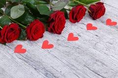 Zakończenie pięć czerwonych róż paraliżujących papierowych serc, wakacyjny pojęcie obraz stock