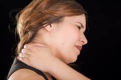Zakończenie piękna młoda dama up Cierpi crick po treningu w czarnym tle Zdjęcie Royalty Free