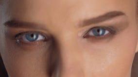 Zakończenie piękni niebieskie oczy młoda dziewczyna w zwolnionym tempie zbiory