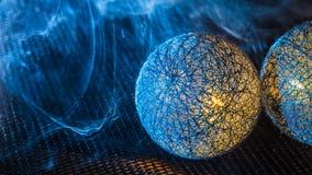 Zakończenie piłki od czarnych włókien na sieci z zwartym dymem Zdjęcie Royalty Free