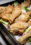 Zakończenie pieczonego kurczaka bęben up wtyka przy bufetem na tacy z Zdjęcie Stock