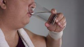 Zakończenie pije świeżą wodę od szkła pyzaty mężczyzna, zdrowa ciężar straty dieta Fotografia Royalty Free
