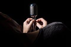 Zakończenie piosenkarz śpiewa piosenkę piosenka przygotowywa mikrofon Zdjęcie Royalty Free