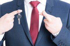 Zakończenie pokazuje agent nieruchomości wpisywać i palce krzyżujący Fotografia Royalty Free