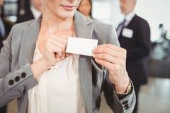Zakończenie pokazuje jej odznakę bizneswoman Obraz Stock