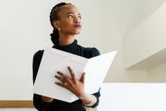 Zakończenie pomyślna afrykanina, czerni Amerykańska biznesowa kobieta trzyma lub Zdjęcie Royalty Free