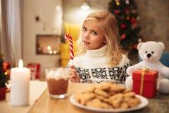 Zakończenie portret żeńska dzieciaka mienia cukierku trzcina, patrzeje c Obraz Royalty Free