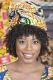 Zakończenie portret amerykanin afrykańskiego pochodzenia kobieta jest ubranym tradycyjnego kierowniczego opakunek Zdjęcie Royalty Free