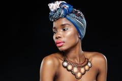 Zakończenie portret atrakcyjna afrykańska kobieta patrzeje daleko od Fotografia Royalty Free