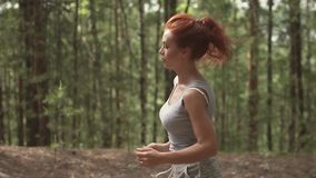 Zakończenie portret atrakcyjna miedzianowłosa dziewczyna na bieg w lasowym zwolnionym tempie zbiory wideo