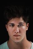 Zakończenie portret atrakcyjny młody człowiek na czarnym tle Zdjęcie Stock