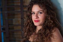 Zakończenie portret brunetki dziewczyna z kędzierzawym włosy fotografia royalty free