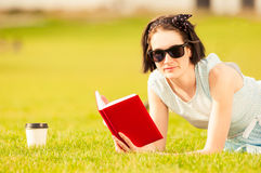 Zakończenie portret czyta książkę i pije kawę kobieta Obrazy Royalty Free