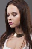 Zakończenie portret Elegancki makeup, złocista kolia, piękny btunette model patrzeje w dół obrazy royalty free