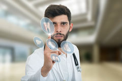 Zakończenie portret grubiański, sfrustowany, spęczenie lekarka odizolowywająca na białym tle Medyczni symbole fotografia stock