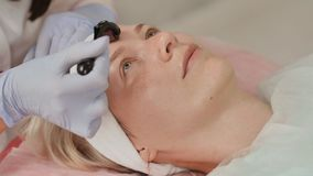 Zakończenie portret kobieta ma piękno skóry traktowanie Terapeuta narządzania skóra z derma rolownikiem zbiory