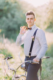 Zakończenie portret koryguje jego drewnianego motyla i niesie bicykl ubierający najlepszy mężczyzna, Zdjęcie Royalty Free