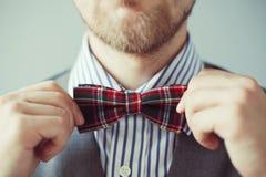 Zakończenie portret mężczyzna koryguje jego krawat Zdjęcia Stock