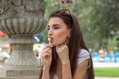 Zakończenie portret młoda atrakcyjna brunetka z lizakiem Zdjęcie Stock