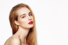 Zakończenie portret młoda piękna ufna dziewczyna z jaskrawym uzupełniał Biały tło odosobniony Fotografia Royalty Free