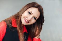 Zakończenie portret młoda uśmiechnięta kobieta patrzeje kamerę, ono uśmiecha się Atrakcyjna dziewczyna z długie włosy obsiadaniem fotografia royalty free